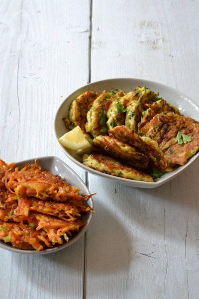 Groentekoekjes! - wortels Ingredienten (voor 6wortelkoekjes) Een halve winterwortel 25 gram bloem 1 ei 1 bosuitje olijfolie, peper en zout  Bereiding Rasp de wortel in fijne reepjes. Snijd het bosuitje in ringetjes. Meng de wortel met het bosuitje, ei, de bloem, peper en eventueel zout. Verhit per grote koekenpan 2 eetlepels olie en schep met twee lepels 6bergjes van het wortelbeslag. Druk ze een beetje plat met een spatel. Bak de wortelkoekjesin 6 minuten per kant bruin en gaar.