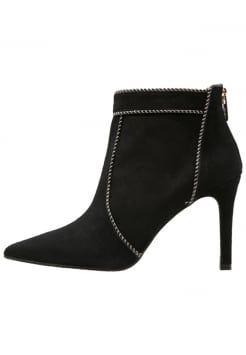Mijn naam kom ik vaker tegen, maar in schoenen. Dat was nieuw. Lodi schoenen. Fantastische schoenen, helemaal mijn stijl. Hakken voor de echte vrouw.
