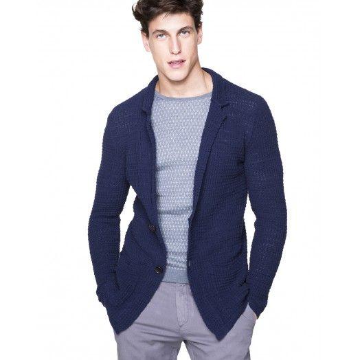 Giacca in cotone misto lino effetto fiammato, slim fit. Collo a revers e due tasche a toppa sul fondo. Ideale per un look casual.