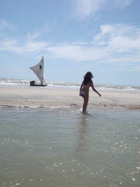 Praia de Canoa quebrada com jangada ao fundo. Roteiro e passeio incrível. Dicas de viagem!
