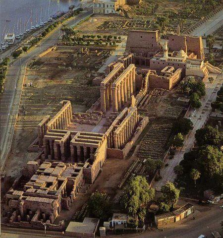 Templo de Luxor , uno de los mas importante y grandes templos de todo Egipto ; aquí podemos ver como era por adentro el templo, resumiendo - se encontraban las esfinges signo de la inteligencia y la fuerza , allí hay un pasillo llamado avenida ( preparación para el tiempo sagrado) , luego el patio con columnas, la sala de columnas , la cámara con la imagen del dios que querían homenajear y por último la sala de ofrendas.