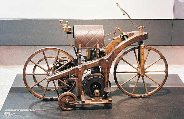 În anul 1885,inginerii germaniGottlieb Daimler şi Wilhelm Maybach au construit prima motocicletă propulsată de unmotor cu combustie ...