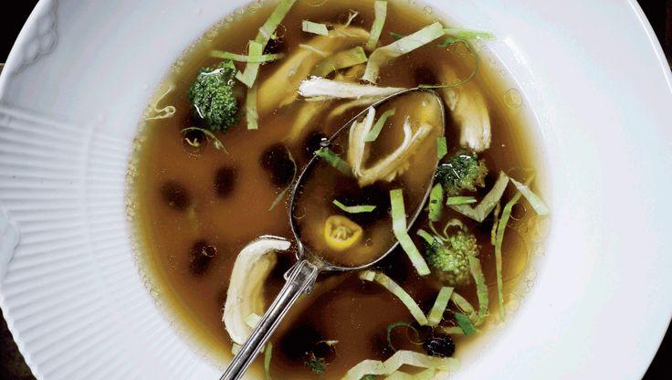 Opskriften på kyllingesuppe er en Christian Bitz' bedste opskrifter på hverdagsmad, der smager fantastisk og er nem at lave. Det er sundhed, der virker i hverdagen