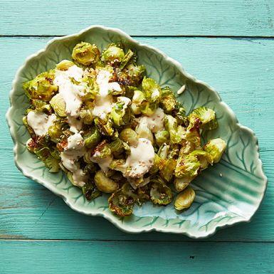 Plocka bladen av brysselkål och rosta med vitlök. Ringla över en majonnäsbaserad dressing smaksatt med sweet chili och färsk ingefära. Gott som varmt tillbehör till skinka eller revbensspjäll.