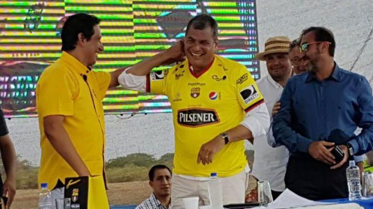 El presidente Rafael Correa se puso la camiseta de Barcelona S.C.