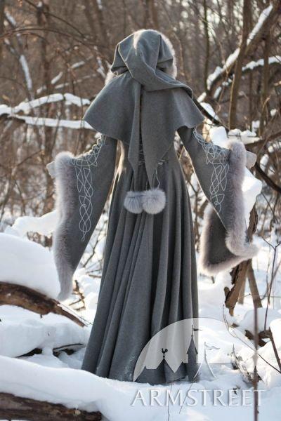 Vue d'arrière du manteau fantastique de laine grise avec le capuchon « Héritière de l'hiver » d'ArmS