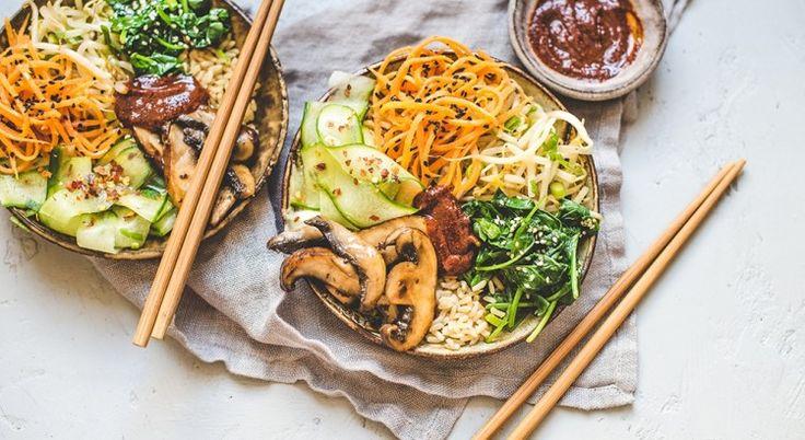 """To popularne danie kuchni koreańskiej oznacza """"wymieszany ryż"""". Brzmi całkiem prosto i faktycznie istota potrawy jest niezbyt skomplikowana. Bibimbap to podawany na ciepło biały ryż z dodatkami. Ale smak, dzięki przyprawom, daleki jest od banalnego!"""