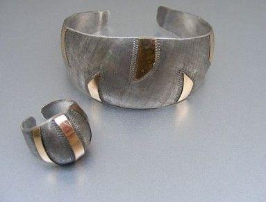 Prsten a náramek výborného desingu. Ruční práce, Kombinace stříbra a zlaceného kovu.  Ag 800/1000 nově doznačováno puncovním úřadem. U narámku je jeden zlacený drápek mírně poškozen.  Šíře náramku 3 cm, prstenu 2 cm.  Šperky jsou velmi nadčasové.  Náramek v 20,87 g  Prsten  v 5,15 g Evropa okolo roku 1930
