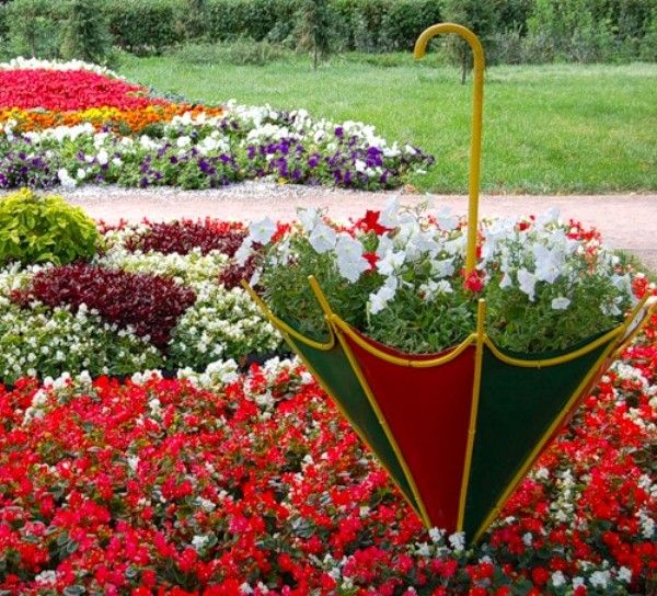 Ideas For Flowers In Backyard: Colorful Backyard Decorating Ideas With Umbrellas And