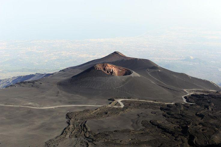 Volcan de l'Etna (Sicile, Italie) - La piste pour les 4X4 passe au pied de La Montagnola, un cratère assez ancien et monte vers la Torre del Filosofo. Au fond, la ville de Catane. (vo-08-0382)