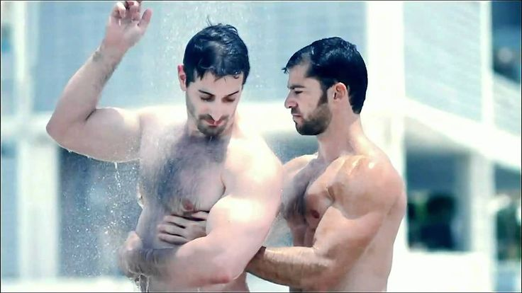 Muscle Gay Men Showering in Speedos - Hombres Musculosos Duchándose en S...