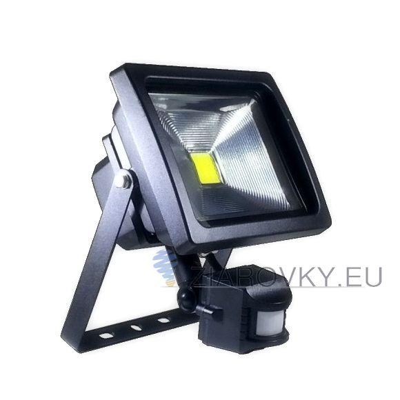 LED reflektor so senzorom - 20W s výkonom 20 Wattov je schopný vyprodukovať 1600-2000 LM svetla, čo je ekvivalentné s 200 W svetla. Reflektor obsahuje pohybový senzor, ktorý sa zapne akonáhle senzor zachytí pohyb. Krytie LED reflektoru je vyrobené z 5mm hrubého skla, odolnému voči vysokým teplotám, vlhkosti , UV žiareniu, prachu a jemným nárazom
