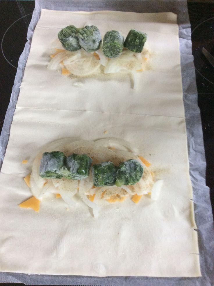 Übrig gebliebener Blätterteig, mit Käse Zwiebeln und TK Blattspinat gefüllt, gewürzt und für 20 Min in den Ofen :)