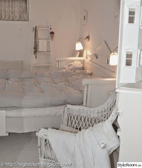 sovrum,källare,pannrum,säng av soffa,stege,korgstol,vitmålat
