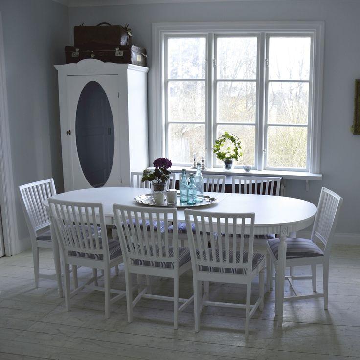 Klassisk matgrupp i Gustaviansk stil med 8 stolar