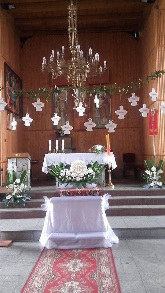 Styropianowe aniołki z imionami dzieci do dekoracji kościoła podczas uroczystości Pierwszej Komunii Świętej.