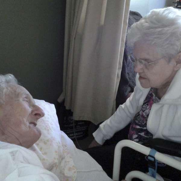 """Harold e Ruth Knapke morreram com apenas onze horas de diferença entre um e outro.  Estavam internados no mesmo quarto de um hospital na cidade de Dayton, no Estado de Ohio. """"Eles queriam estar juntos em todos os momentos e foi assim"""", comentou uma filha do casal, Margaret Knapke."""
