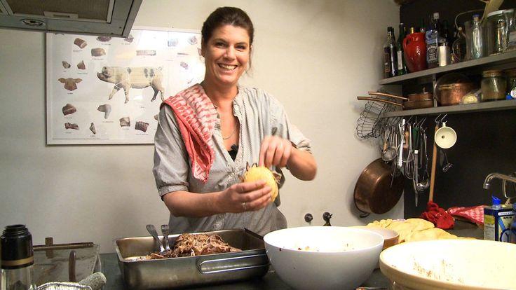 Het onweerstaanbare Pulled Pork recept van Yvette van Boven. De Pulled Pork word geserveerd in een broodje dat je heel makkelijk zelf maakt. De zuurkoolsalade zorgt voor de frisheid en hete saus voor een beetje pit. Het recept is ook terug te vinden in Yvette's boek Home Made Winter.
