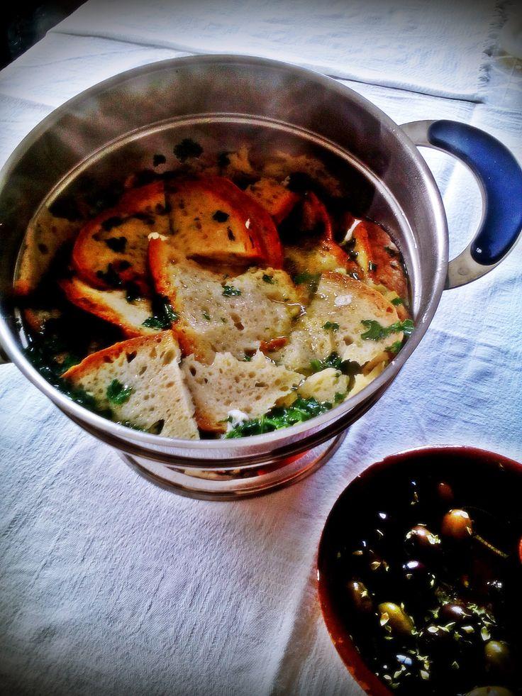 Açorda Alentejana – Sabor Alentejano! Aaçorda alentejana é uma sopa típica do Alentejo, que não é cozinhada mas sim escaldada. A composição básica daaçorda alentejana é oalho, sal, azeite…