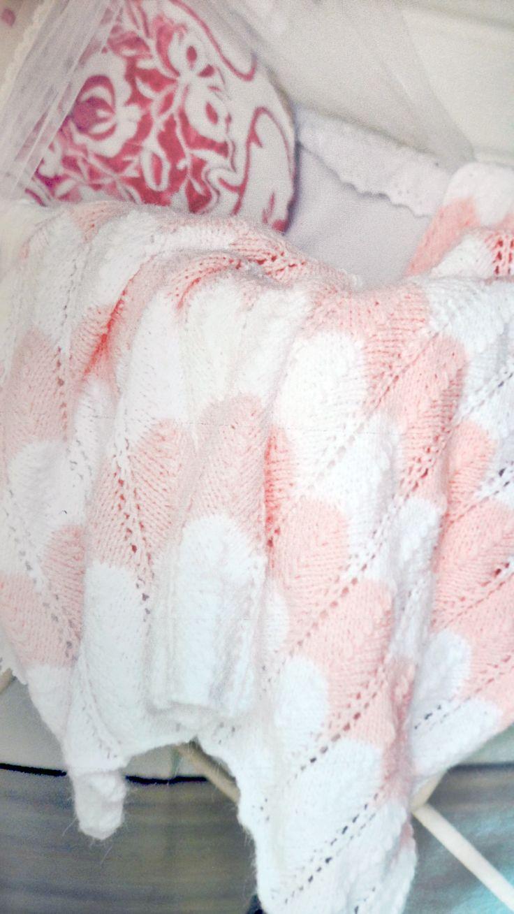 Esta manta es ideal para la cuna o el moisés del bebé. Tiene un tamaño de 90 cm de ancho por 1,50 mt de largo: y la posibilidad de tejerla con otros colores te permite combinarla con la decoración que ya tengas pensada para el cuarto de tu bebé. Vamos a necesitar 400 gramos de lana en total. Para una manta como esta que tenemos en la foto usamos 200 gramos de lana bebé en rosa y 200 gramos de lana bebé en blanco y un par de agujas N°4. Se teje en su totalidad en el punto fantasía zig zag…