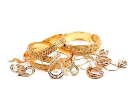 Voici des astuces faciles et efficaces pour nettoyer les bijoux en or et les faire briller ! Entretenez vos bijoux les plus précieux avec des produits de nettoyage économique et naturel. Munissez-vous tout d'abord d'une brosse à dents souple et d'une peau de chamois, ou à défaut d'un chiffon très doux. Passez ensuite à l'action en choisissant l'astuce de votre choix !