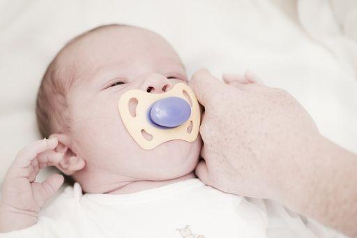 Accorgimenti per preparare il bambino al sonno, come abituare un bimbo a riaddormentarsi nel lettino, aiuta il piccolo a distinguere il pisolino dalla nanna notturna: sono alcune delle 10 idee per abituare al sonno un bambino dai 4 mesi ai 2 anni.