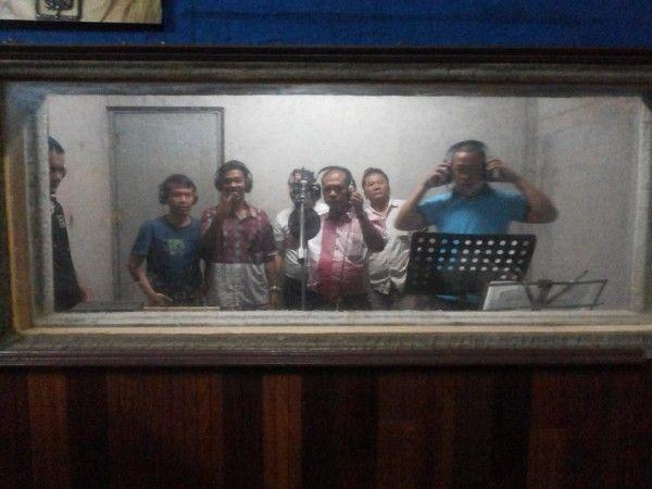 Jakarta, SIMARMATA.or.id - Musik mars atau lagu mars adalah komposisi musik dengan irama teratur dan kuat.lagu mars biasanya bersifat menggebu-gebu. Penuh semangat. Bergerak cepat dan menghentak. lagu mars mirip seperti lagu perjuangan. Dengan lirik cenderung lebih provokatif. Lagu mars dapat ditulis dalam birama genap 2/4, 4/4, tetapi kadang-kadang dalam birama 6/8, atau 2 (genap) × 3/8 dengan tempo cepat. Pada lagu mars, birama dapat bervariasi antara lain dari 2/4, 4/4, atau 6/8 dengan…
