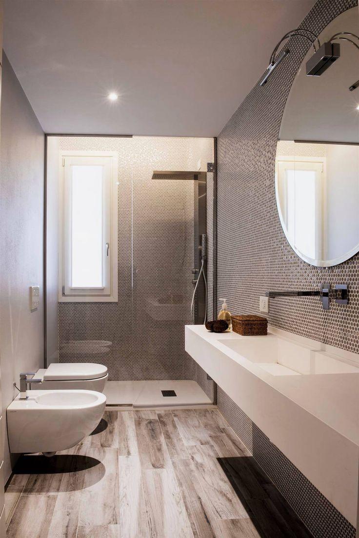 Idea bagno moderno con rivestimenti in mosaico esagonale - pavimento in gres porcellanato effetto legno