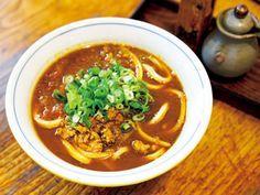 《 池袋 》『うどん処 硯家本店』の「四川麻辣醤麺 冷」  ラーメン激戦区にしてディープなアジア料理店もひしめき合う池袋に、そのパンチが効いたうどんがある。真っ赤な汁の上に丸ごと唐辛子がゴロゴロと無数にのっている姿には、誰もが驚くこと間違いなし。  一番人気の「スパイシーカレーうどん 温」¥610。10種類以上のスパイスと丁寧に仕込んだ無添加の出汁が美味