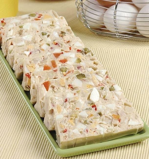 a Suroviny 1 sáček želatina 1 kostka masox 250 ml majonéza 1 cibule 6 vejce vařená Postup Vařená vejce oloupeme a nakrájíme na menší kostičky. Vložíme do mísy a přidáme nadrobno pokrájenou cibuli. Hodí se více bílá cibule, která se dává do salátů. Slijeme sterilovanou zeleninu, ale nálev si ponecháme na pozdější dobu. Větší kousky zeleniny pokrájíme a přidáme do