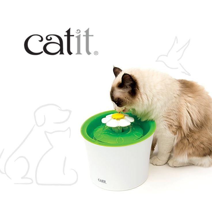Catit Senses 2.0 Flower Fountain es una fuente para gatos que utiliza el agua en movimiento para alentar a tu mascota a beber más. Depósito de 3 litros de agua que ocupa poco espacio en el piso. Superficie diseñada para evitar el estrés y a una altura cómoda para gatos adultos y gatitos. Incluye filtro de ablandamiento de agua de doble acción que purifica y suaviza el agua dura de la llave.