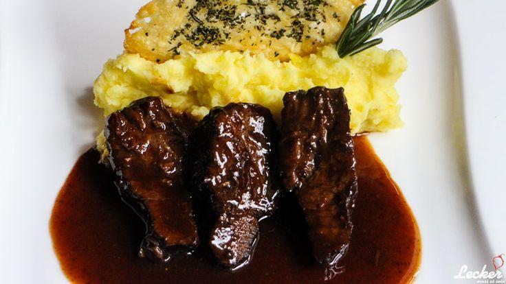 Rezept für Kalbsbäckchen in Rosmarin-Mosto Cotto-Jus, Kartoffelpüree und Parmesan-Rosmarin-Ecken