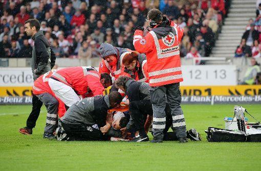 Der traurige Höhepunkt des Spiels: VfB-Kapitän Christian Gentner liegt schwer verletzt auf dem Platz. Foto: Pressefoto Baumann