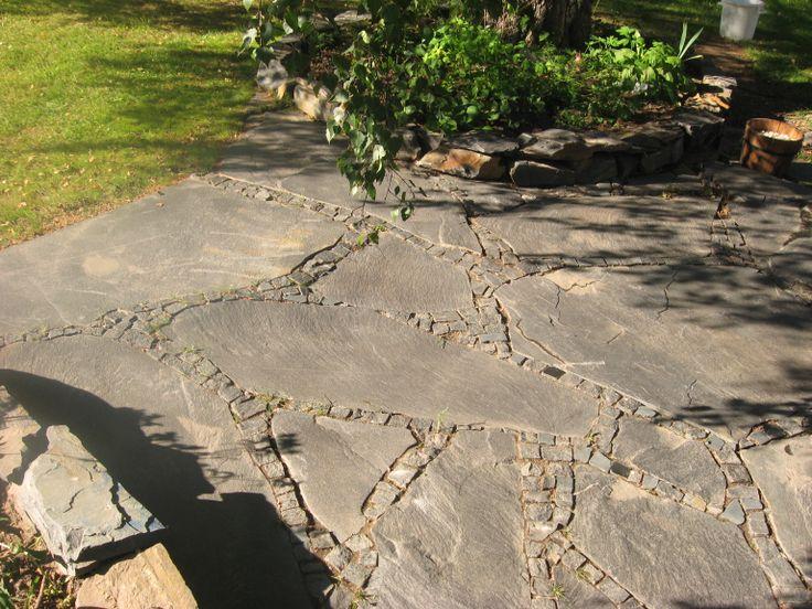 Jättiliuskeiden saumoihin sopivat vapaamuotoiset luonnonkivinopat.
