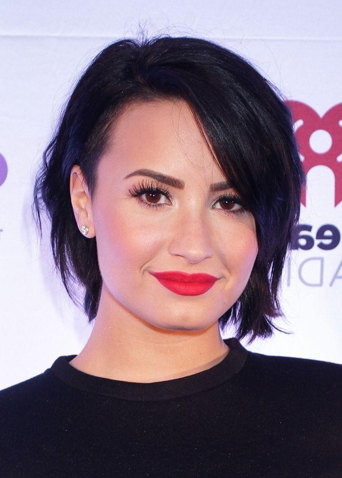 Idée Coiffure :    Description   coupe très courte femme, lèvres rouges, maquillage yeux marrons, Demi Lovato    - #Coiffure https://madame.tn/beaute/coiffure/idee-coiffure-coupe-tres-courte-femme-levres-rouges-maquillage-yeux-marrons-demi-lovato/