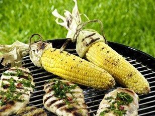 Maiskolben grillen - und dabei öfters drehen!