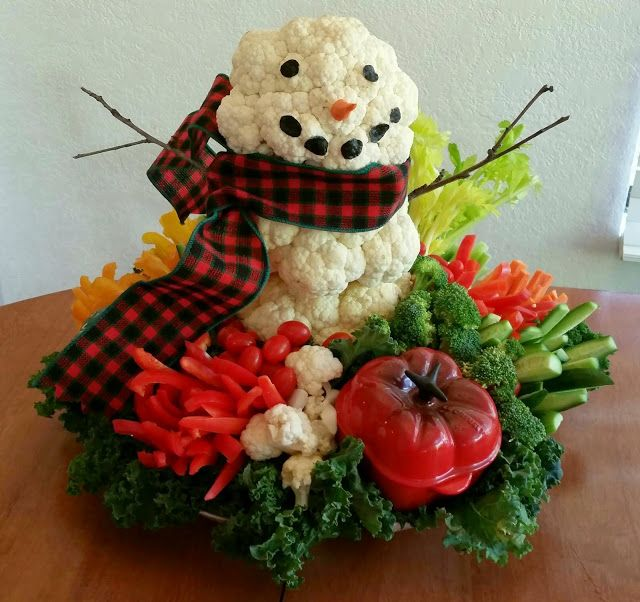 Snowman Veggie Platter - This holiday vegetable platter is so cute and easy to make. Everybody loved it at our party! #ediblearrangements
