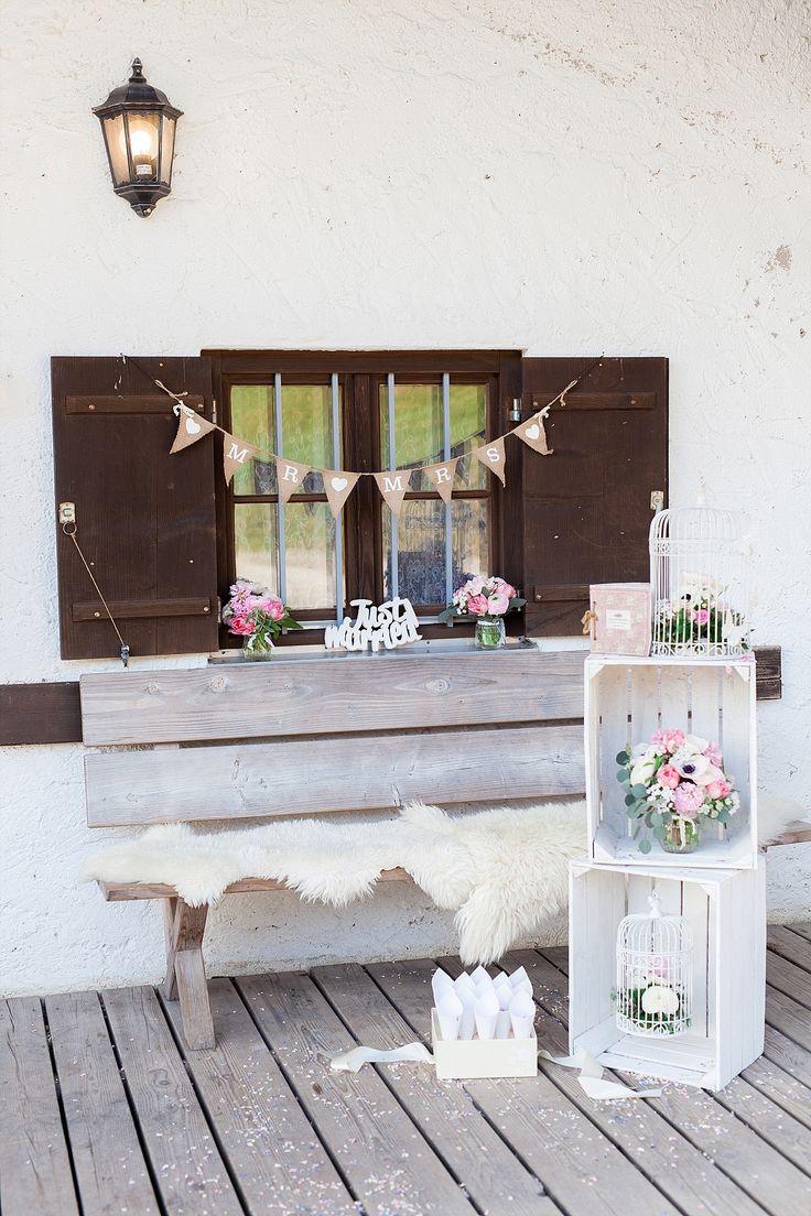 #tischdeko Wild-romantische Almhütten Hochzeit | Hochzeitsblog - The Little Wedding Corner