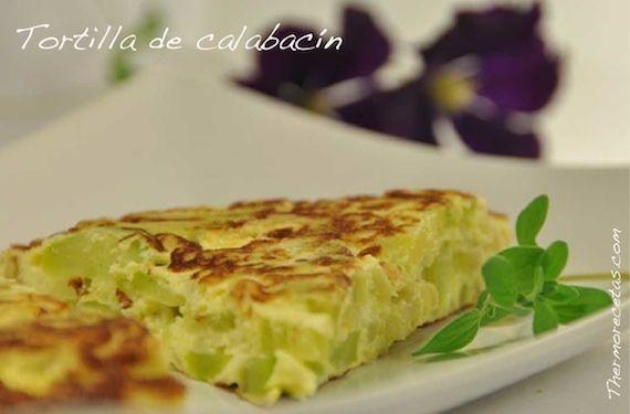 Aprende a cocinar una tortilla de calabacín y cebolla con queso cremoso que servirá como aperitivo o como segundo plato y que podemos compartir con los peques de la casa.