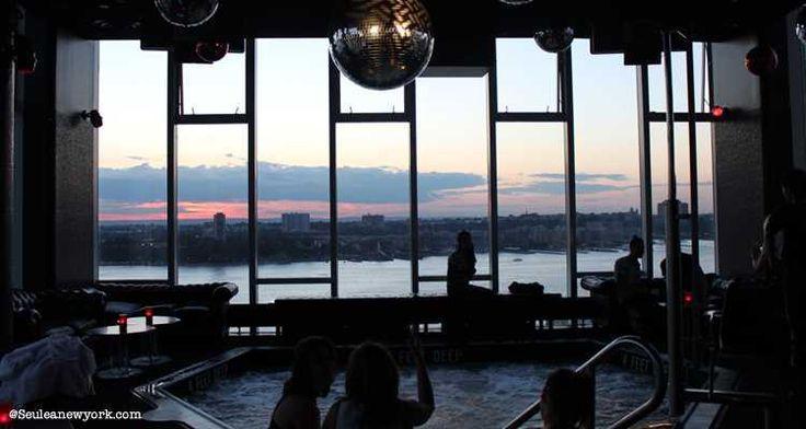 De nombreux hôtels offrent des bars avec vue sur Manhattan, et c'est le cas de The Standard. Tout en haut de cet hôtel se trouve un bar appelé Le Bain.