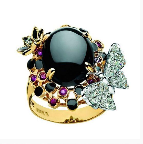 """Lo sapevi che...? Uno dei #gioielli più celebri della storia è l'anello di fidanzamento che Richard Burton donò ad Elizabeth Taylor. """"The Elizabeth Taylor Diamond"""" fu acquistato nel 1968 per 300.000 dollari, ma il gioiello fu in seguito rivenduto all'asta da Christie's, nel 2011, per ben 8,8 milioni di dollari!  Cari Futuro sposo ricorda: gli uomini romantici regalano gioielli Emoticon smile!  #WEConcept consiglia Mario Patti Gioielli  Scopri di più sul nostro sito…"""