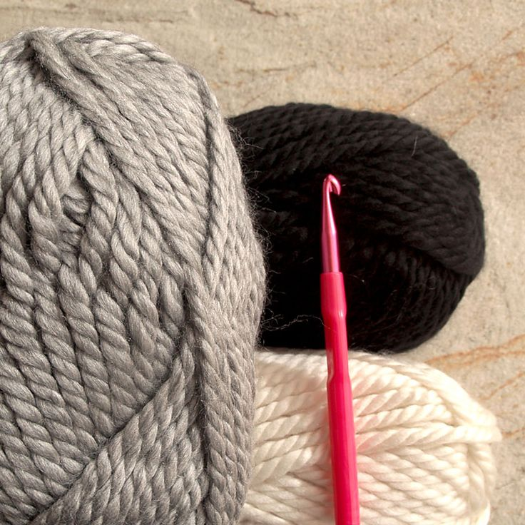 Materiales: ovillos de lana, aguja ganchillo, aguja lanera, relleno para cojines