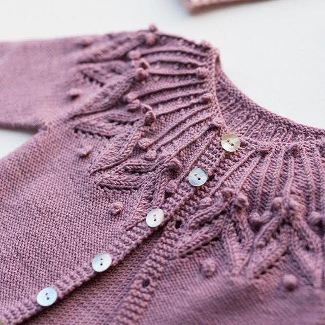 @knitsandpieces Små saker fra gavekurven  #liljejakke i den nydeligste rosalilla fargen  #strikkmeg // Some times I cannot resist going all pink  #iloveknitting #knittersofinstagram