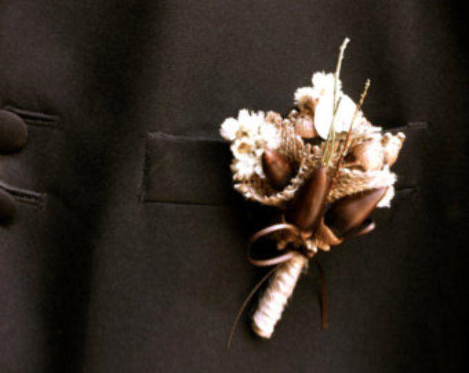 bellotas de pin de boda rústico novio flor en el ojal solapa caída boda bosque