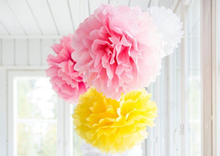 Silkkipaperista taitellut pom pom -pallot luovat juhlatunnelman hetkessä. Katso Unelmien Talo&Kodin ohje ja tee itse ihanat paperikoristeet!