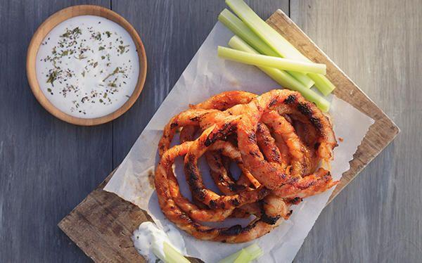 Receta de aros de cebolla caseros rellenos de pollo y queso crujientes. Prepara esta fácil receta, una comida rápida, ideal para una reunión o fiesta.