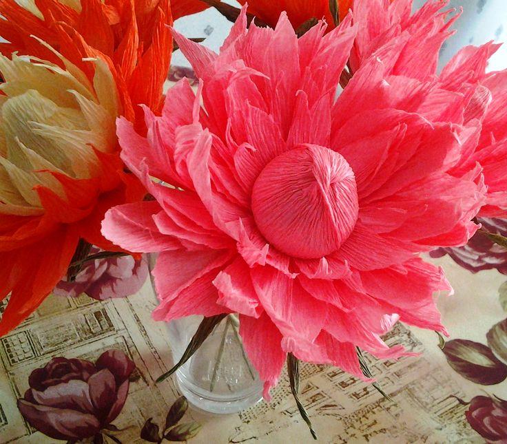 Dahlias from the crepe paper with candy. #sweet_design, #сrepe_paper_flowers, #сrepe_paper, #tbalashblog, #гофробумага, #гофра, #гофрированная_бумага, #свит_дизайн, #декупаж, #цветы_из_гофрированной_бумаги, #свит_флористика, #георгины_из_гофры_с_конфетами