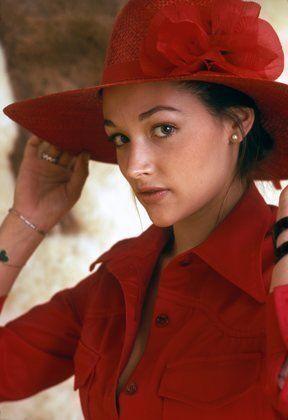 Оливия Хасси в шляпке