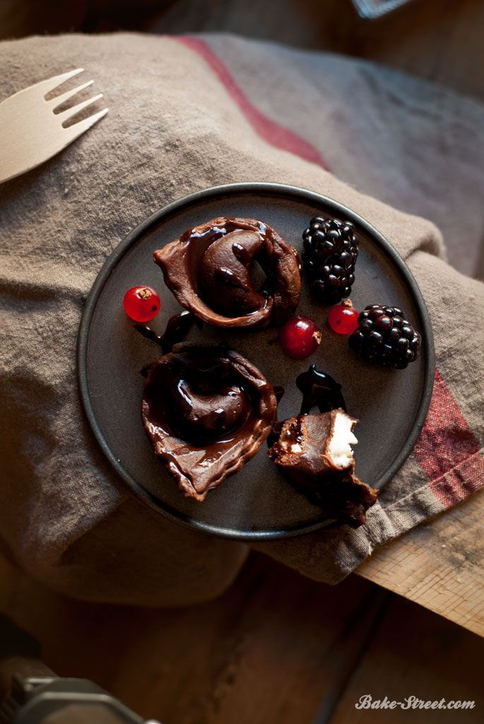 Chocolate tortellini with mascarpone and berries