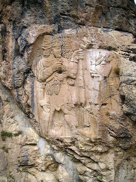 Le roi hittite Warpalawa offrant une grappe de raisin au dieu Tarhunta. Début du 1er millénaire av.J.-C. Bas relielf rupestre d'Ivriz. Turquie